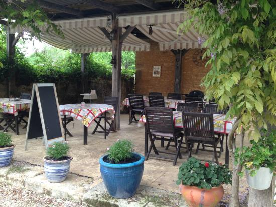 Le Chevrefeuille: Outdoor eating area