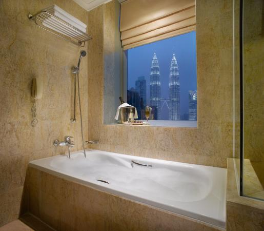 Pullman Kuala Lumpur City Centre Hotel And Residences: Deluxe room Bathroom at Pullman KLCC