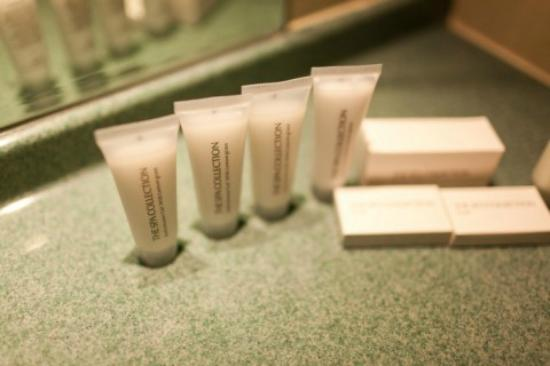 XO Hotels Blue Square : Bathroom amenities
