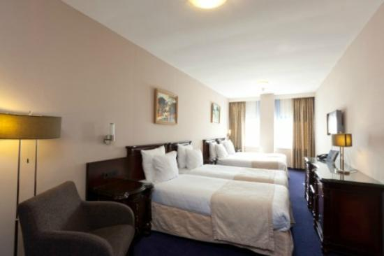 BEST WESTERN Blue Square Hotel: Quadruple Room