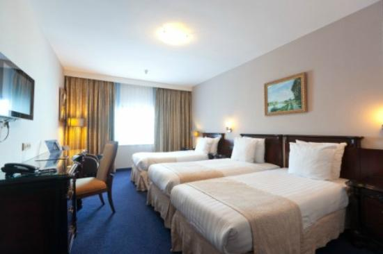 BEST WESTERN Blue Square Hotel: Triple Room