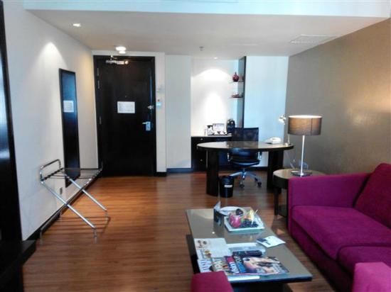 Hotel Novotel Kuala Lumpur City Centre Ruang Tamu Suite Room