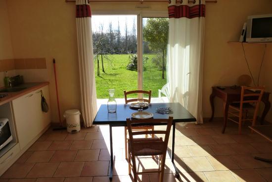 Les gites du hameau de Pau : cuisine salon