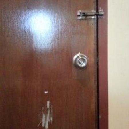 Hotel 906 Airport : DOOR
