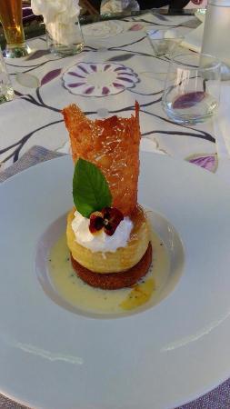 La Table Du Moulin : Un très joli et bon dessert et des raviolis aux langoustines avec un crémeux de volaille citronn