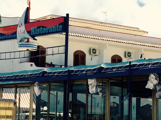 Oliveri, Италия: Il ristorante dal lato della spiaggia