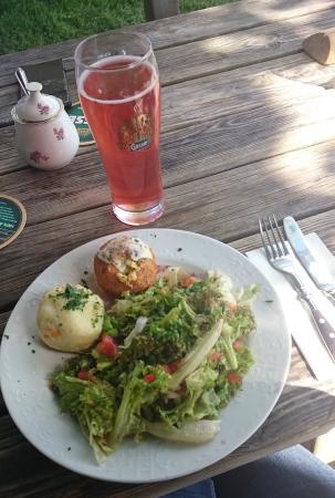 Alm-Gasthof Knödl-Alm im Salzkammergut: Fitnessteller: Salat, Käse-Gemüse-Knödl und Bärlauch-Knödl
