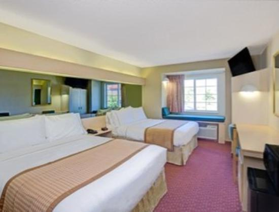 Microtel Inn & Suites by Wyndham Burlington: Standard Two Queen Beds Room