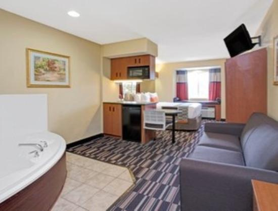 Microtel Inn & Suites by Wyndham Bushnell: One Queen Bed Hot Tub Suite
