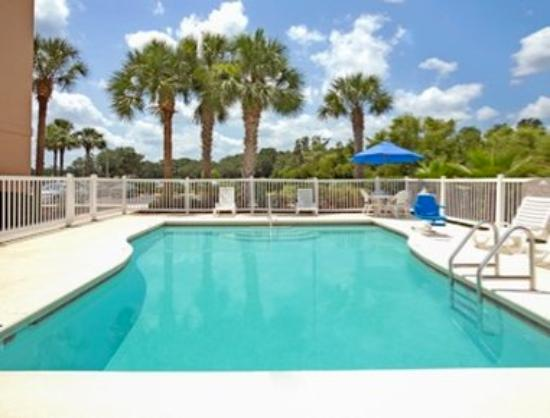 Microtel Inn & Suites by Wyndham Bushnell: Pool