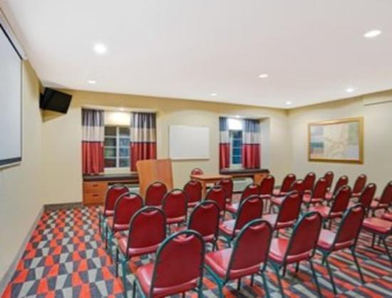 Microtel Inn & Suites by Wyndham Bushnell: Meeting Room
