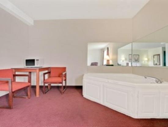 Riverside, MO: King Bed Jacuzzi Suite