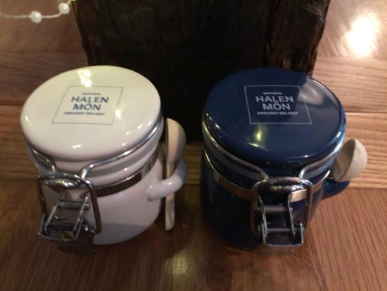 Trefriw, UK: Chandlers have launched beautiful Halen Mon Anglesey sea salt & pepper pots on each table