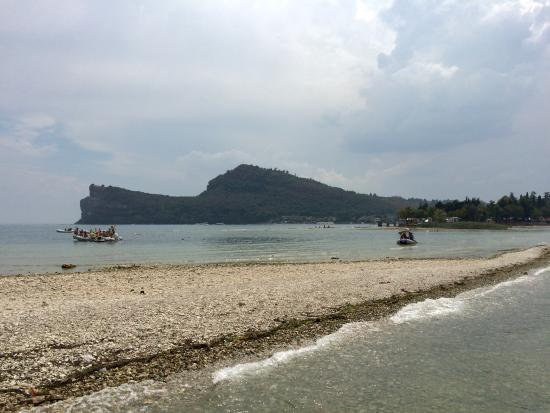 Manerba del Garda, Italia: Striscia di terra che collega l'isola alla terraferma