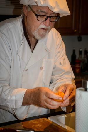 Pinnacle View Inn : Ira Bates preparing breakfast.