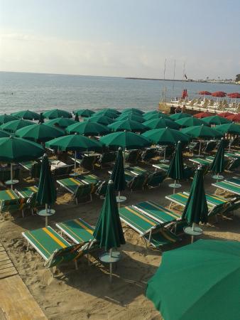 Camping Marino: spiaggia ligure. sotto gli ombtrelloni solo ombra, i raggi non passano. ombrellone 2 lettini 20