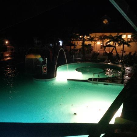 Hartt Island RV Resort & Waterpark: Hartt Island RV Resort & Campground Pool at night