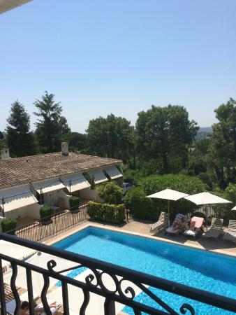 Hotel Les Vergers de Saint- Paul: View over the pool from the bedroom