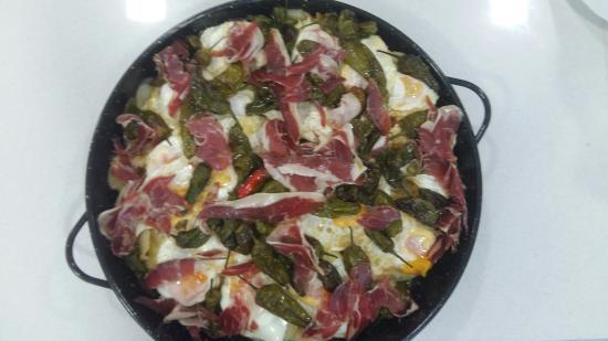Sgt Peppers- La Despensa Extremena: Patatas a lo pobre con huevo, pimientos de padrón y jamón ibérico.