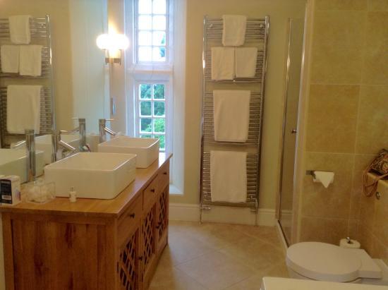 Goldsborough Hall: Lovely bathroom