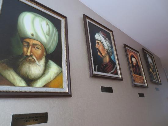 Hotel Seraglio: More art along the walls, really gives Seraglio a special ambiance