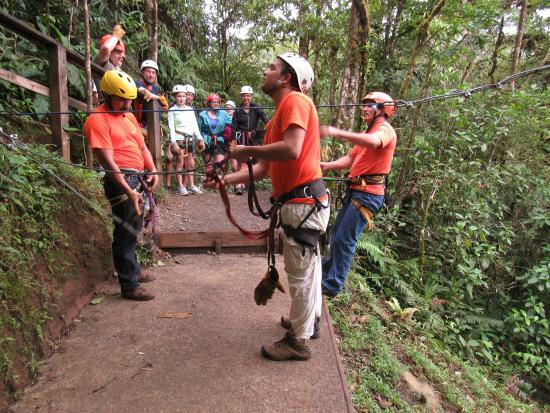 San Luis, Kosta Rika: The guides preparing for a zip