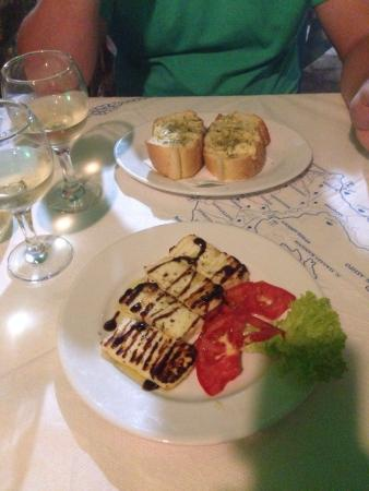 Cyclades Tavern Restaurant: Starters of garlic bread and halloumi ... Complimentary dessert of fresh, tasty fruit