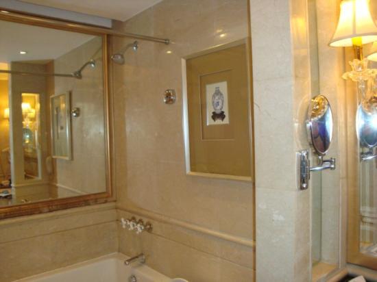 Ritan International Hotel: Санузел в отеле.