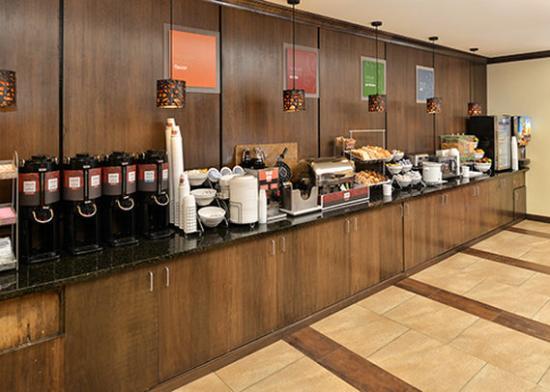 Comfort Suites Alexandria: Breakfast