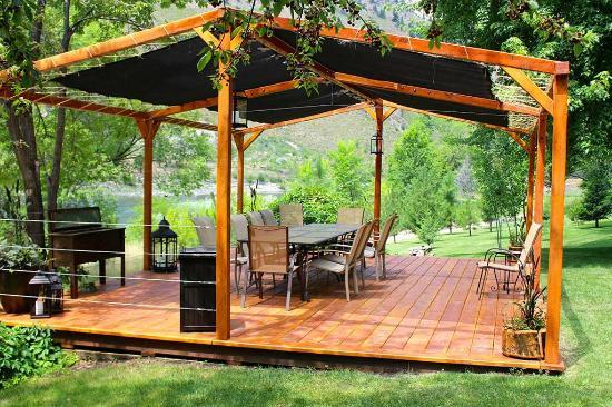Mackay Bar Outfitters & Guest Ranch: Mackay Bar Ranch Patio/Pavilion
