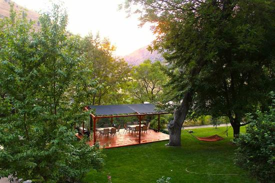 Mackay Bar Outfitters & Guest Ranch: Mackay Bar Ranch - Patio/Pavilion overlooks Salmon River