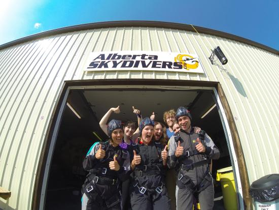 Beiseker, Canadá: Our gang and the three of us ready for the last jump