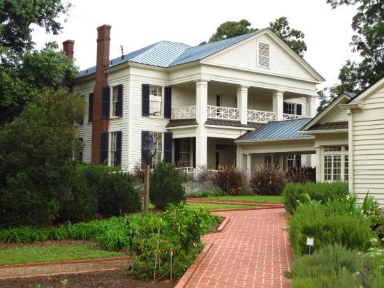 Arlington Antebellum Home and Gardens : Walkway to the entrance