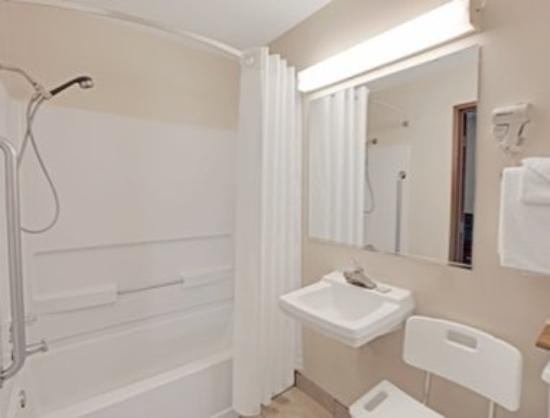 Richmond, IL: Bathroom