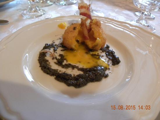 Hotel Picchio Nero: uovo fritto su salsa verde e fonduta di caciocavallo