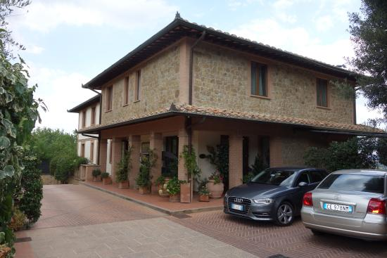 Piccolo Hotel La Valle Pienza: Road side view