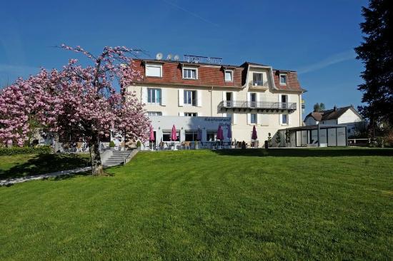 Logis Beau Site : Vue de l'hotel depuis le jardin