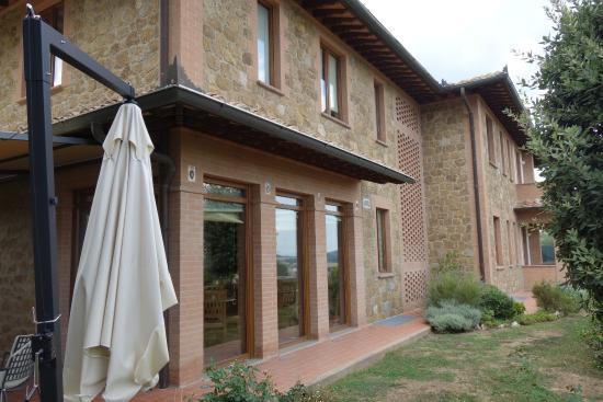 Piccolo Hotel La Valle Pienza: Rear of the hotel (with the pan oramic view over the Tuscan landscape)