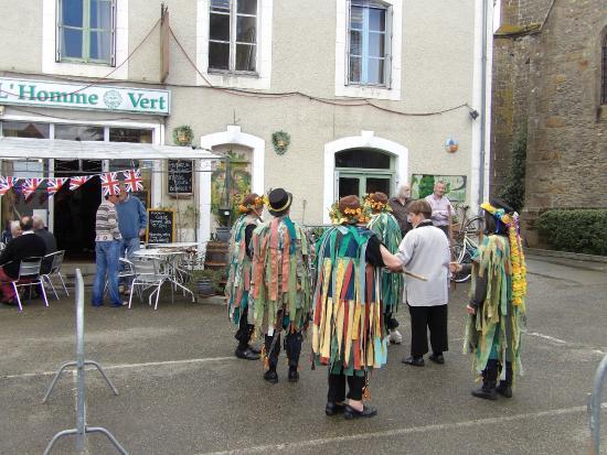 Saint-Pierre-sur-Orthe, France: Green Man and carparking