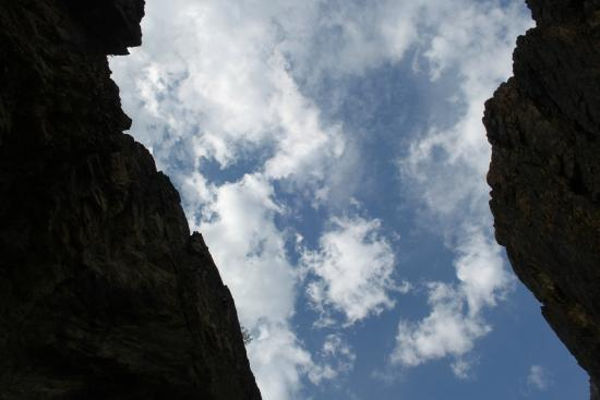 Lakselv, Noruega: In the canyon, looking up