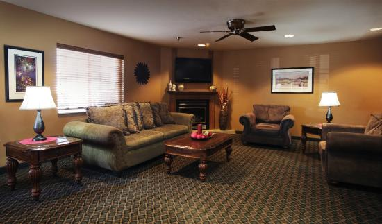 Ramada Spirit Lake/Okoboji: Comfortable Lobby Area