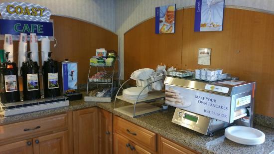 Coastside Inn: Breakfast Pancake maker, teas and creamers