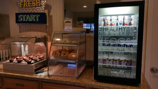 Coastside Inn: Breakfast, mini fridge and breads