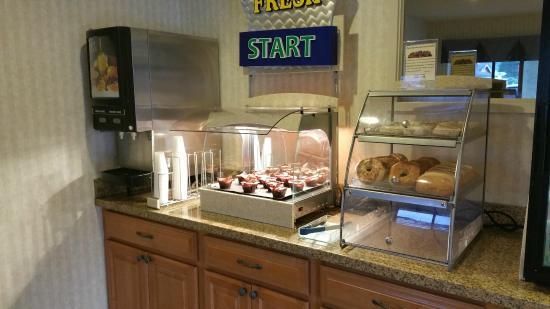 Coastside Inn: Breakfast warm muffins and juice