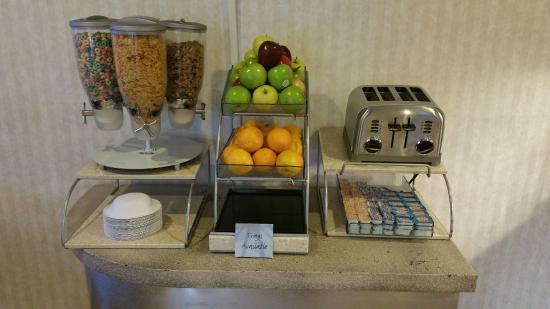 Coastside Inn: Breakfast fruits and cereal