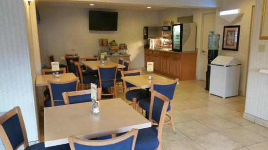 Coastside Inn: Breakfast Seating & Tv
