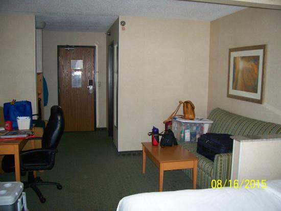 Quality Inn: Living area of room (sorry about the stuff)