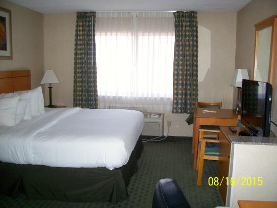 Quality Inn: Bed and desk