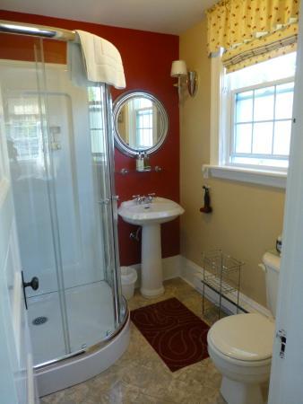 Colby House Bed & Breakfast: bathroom