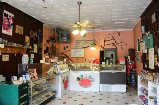 Hotel Warm Springs Bed and Breakfast Inn: Ice cream parlor off lobby of hotel